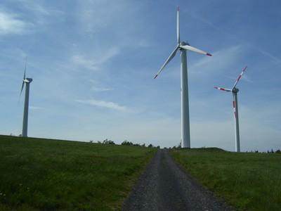 větrné elektrárny v nedaleké vesničce Vítkov